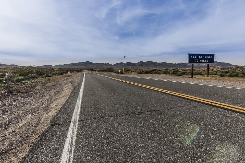 Die Straße in den Death Valley National Park bei Shoshone