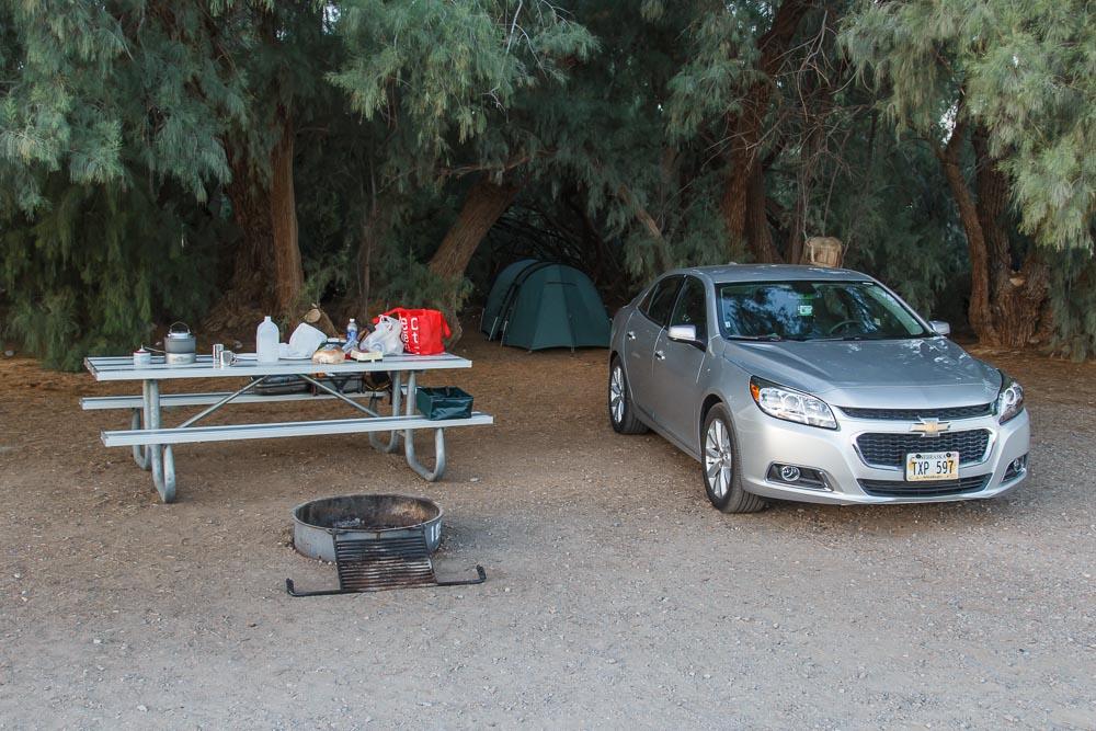 Unser grünes Zelt unter Bäumen im Death Valley National Park.