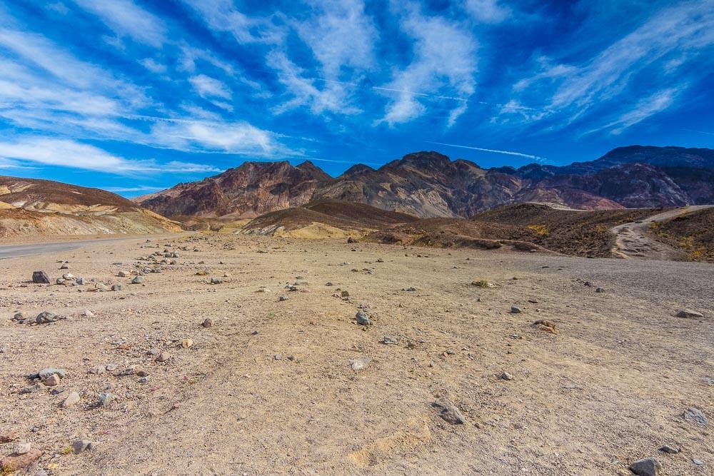 Blauer Himmel über den Bergen im Death Valley National Park