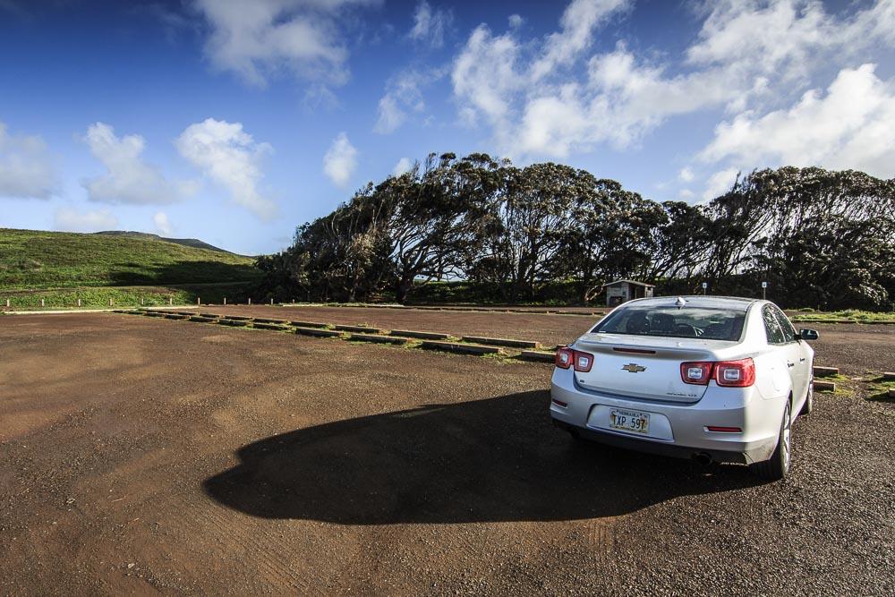 Silberner Chevrolet Malibu auf einem Parkplatz.