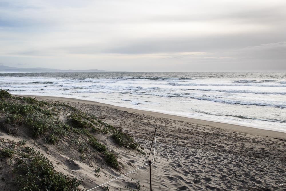 Strand am Pazifik bei Bewölkung