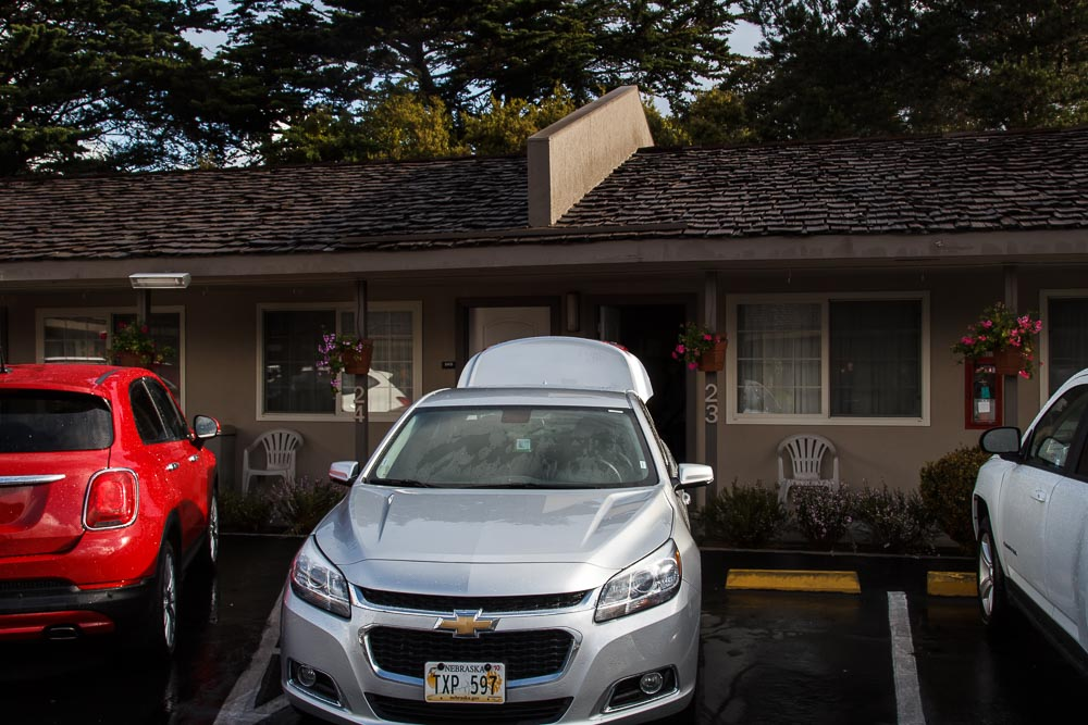 Chevrolet Malibu vor dem Motel in Monterey am Highway One