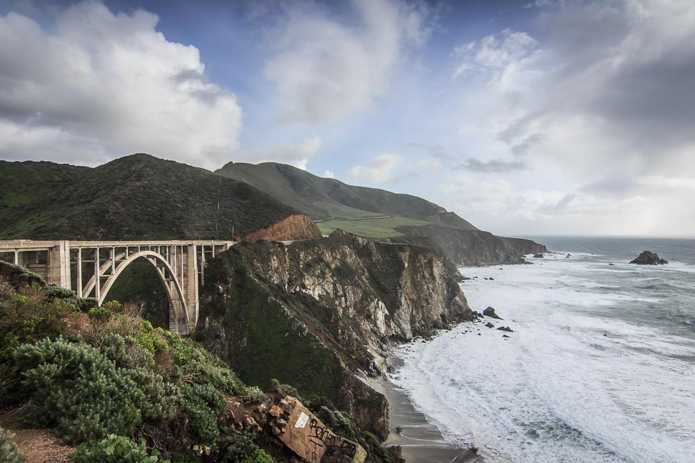 Die Bixby-Bridge am Highway One an der Küste des Pazifiks