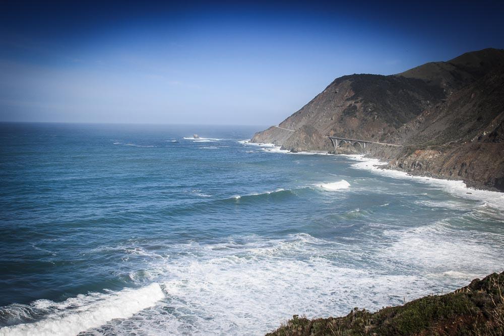 Blick auf die bergige Küste Kaliforniens am Highway One