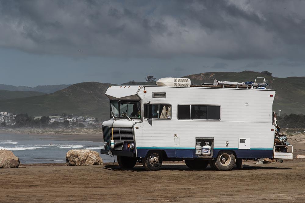 Altes weißes Wohnmobil unter bedecktem Himmel in Morro Bay