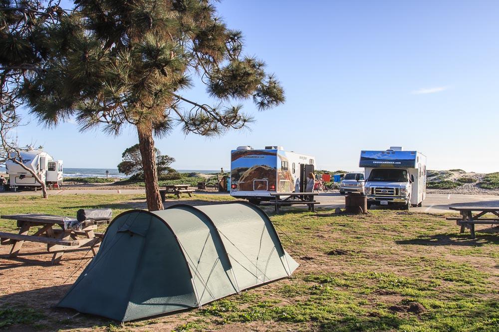 Tentsite unter einem Baum am Carpinteria State Beach Campground