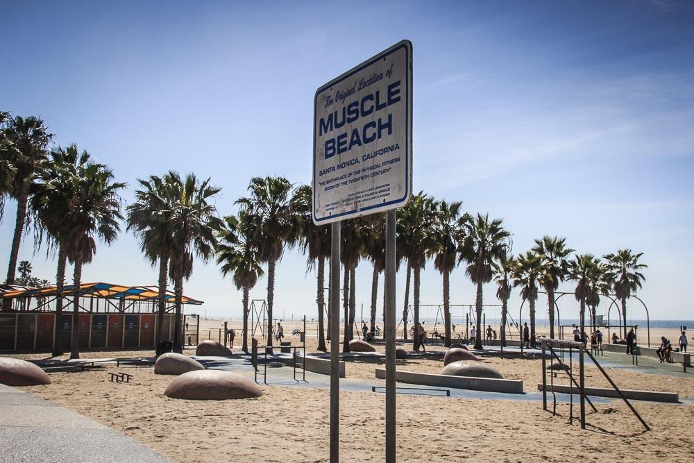 Unser Tag in Los Angeles am Muscle Beach. Schild mit der Aufschrift Muscle Beach am Strand Santa Monicas