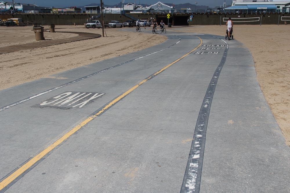 Radweg mit mehreren Fahrspuren am Strand Santa Monicas