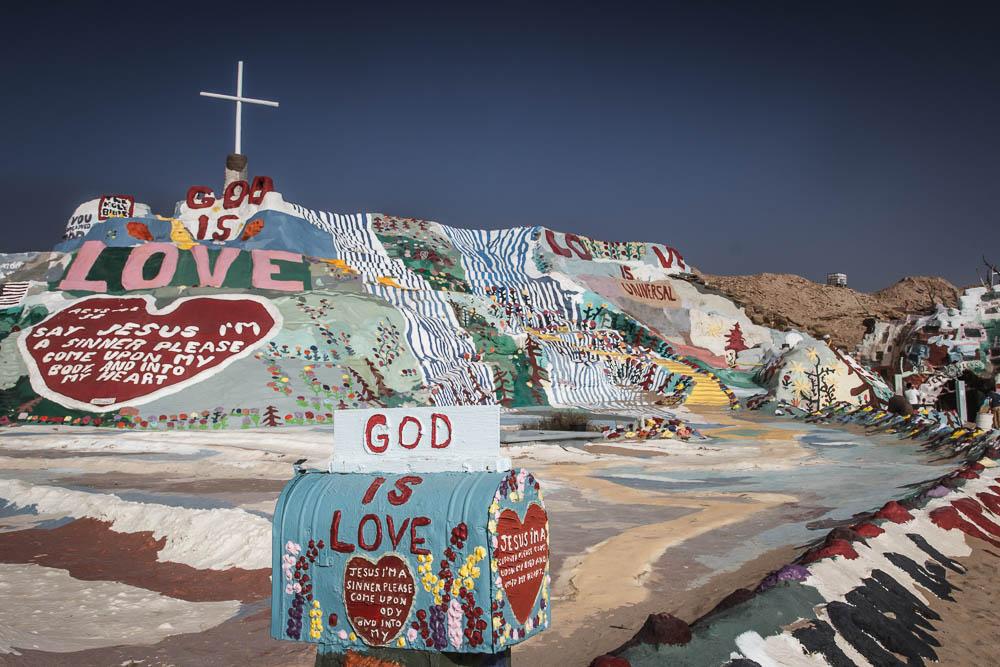 Der skurrile Salvation Mountain ist eine der Top 10 Sehenswürdigkeiten in Kalifornien für uns. Bildrechte: Christian Volk