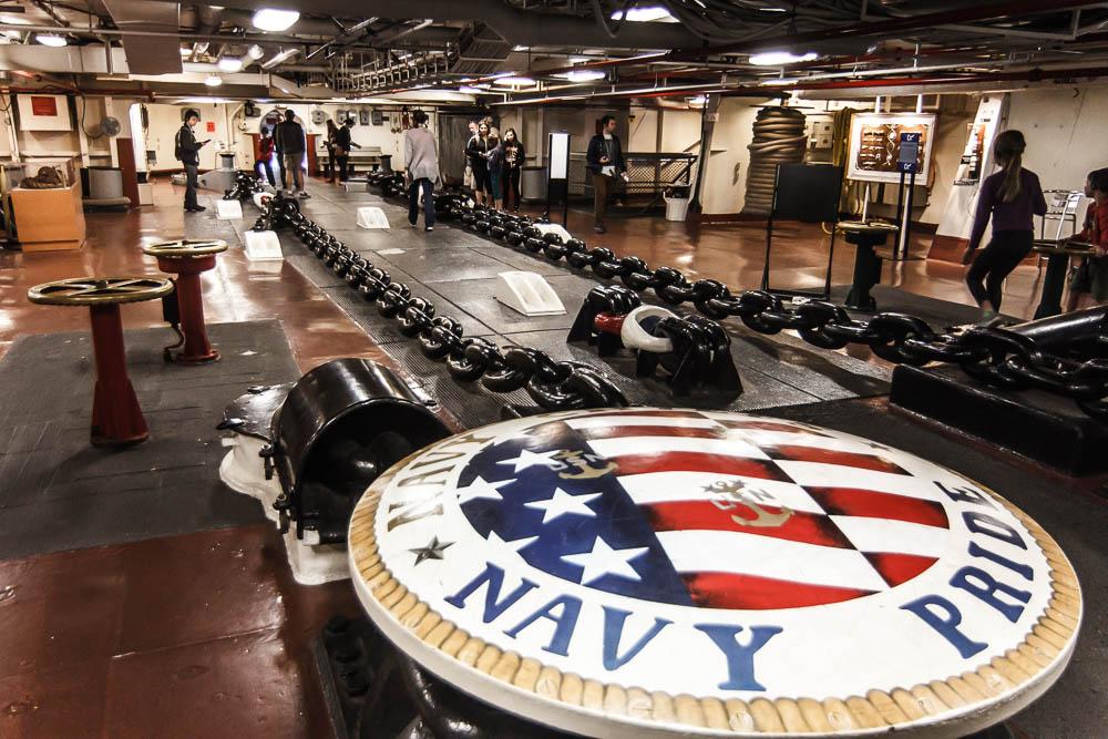 Ankerkette der USS Midway mit Aufschrift Navy Pride
