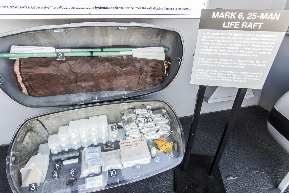 Notfallausrüstung im Rettungsboot der USS Midway