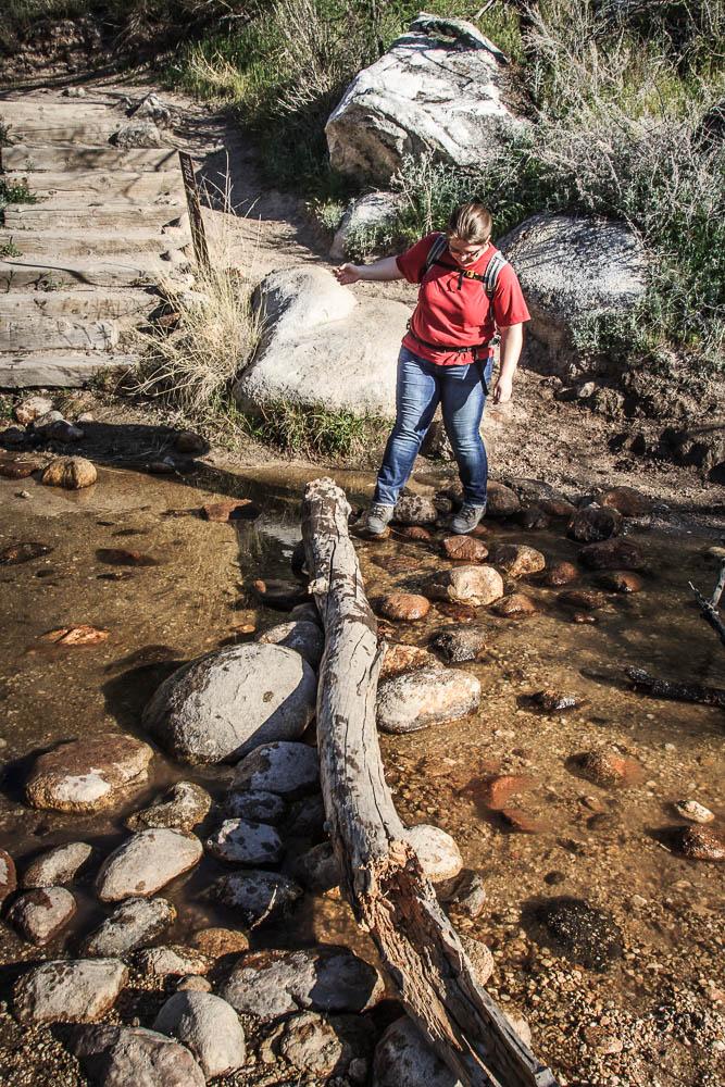 Pauline beim Wandern im Catalina State Park während einer Bachüberquerung