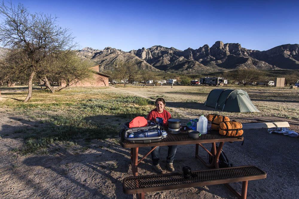 Tentsite mit Tisch und Bänken vor den Bergen des Catalina State Parks