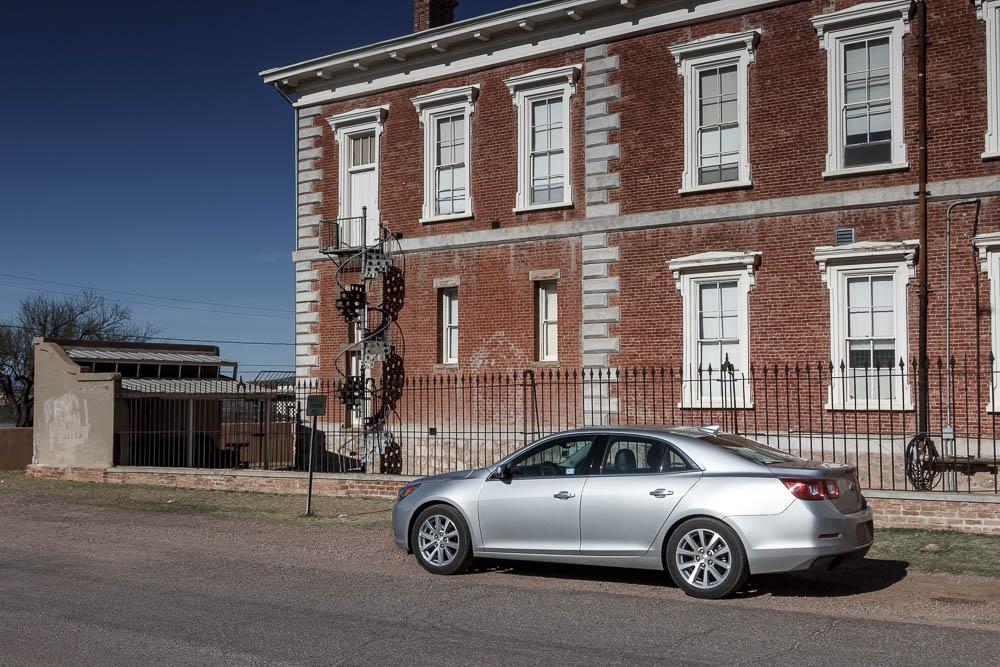 Silberner Chevrolet Malibu vor dem Courthouse in Tombstone