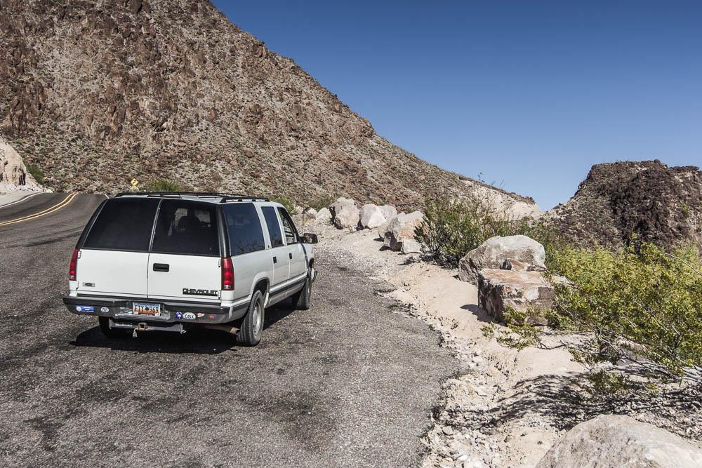 Auf zum Big Bend hieß es auch für den weißen Chevrolet Kombi, welcher am Rio Grande parkt.