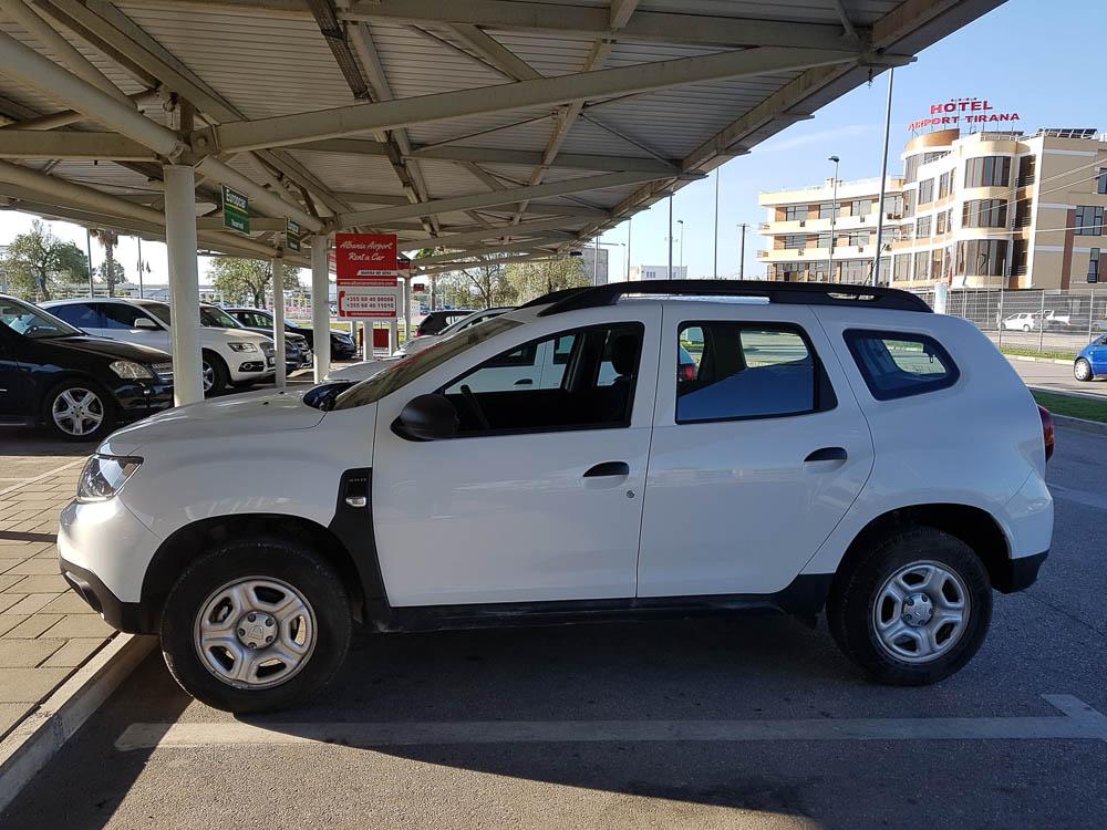 Unser weißer Dacia Duster am Flughafen von Tirana ehe wir von Tirana nach Vlora fahren