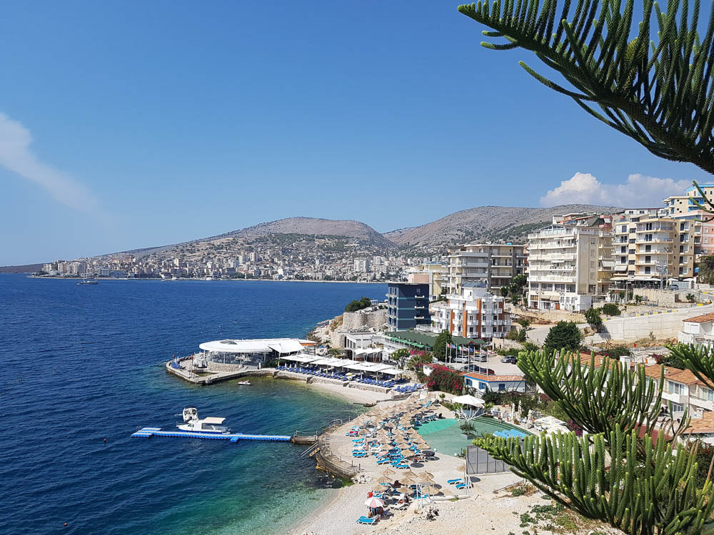 Blick auf die albanische Küstenstadt Saranda.