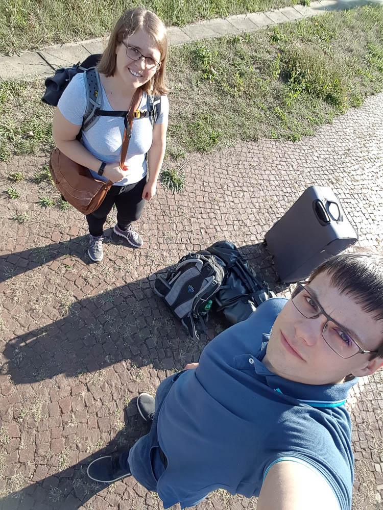 Pauline und ich am Bahnhof zum Flug nach Tirana