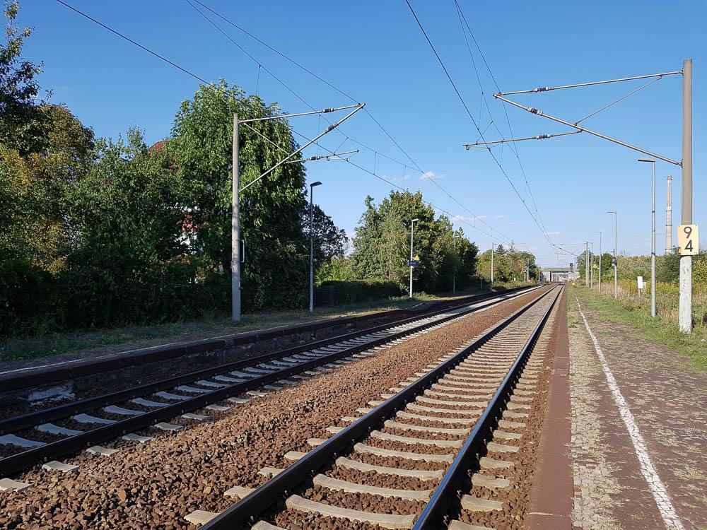 Gleise Richtung Leipzig Hautpbahnhof auf dem Weg zum Flug nach Tirana