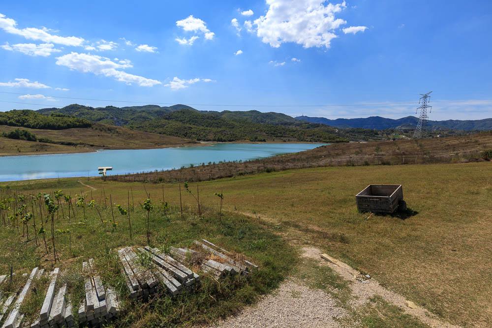 Unser Platz am See für eine Mittagspause auf dem Weg von Tirana nach Vlora