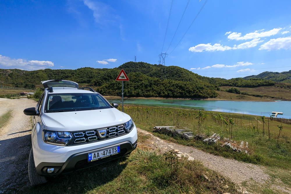 Unser Platz am See für eine Mittagspause auf dem Weg von Tirana nach Vlora mit Dacia Duster im Vordergrund