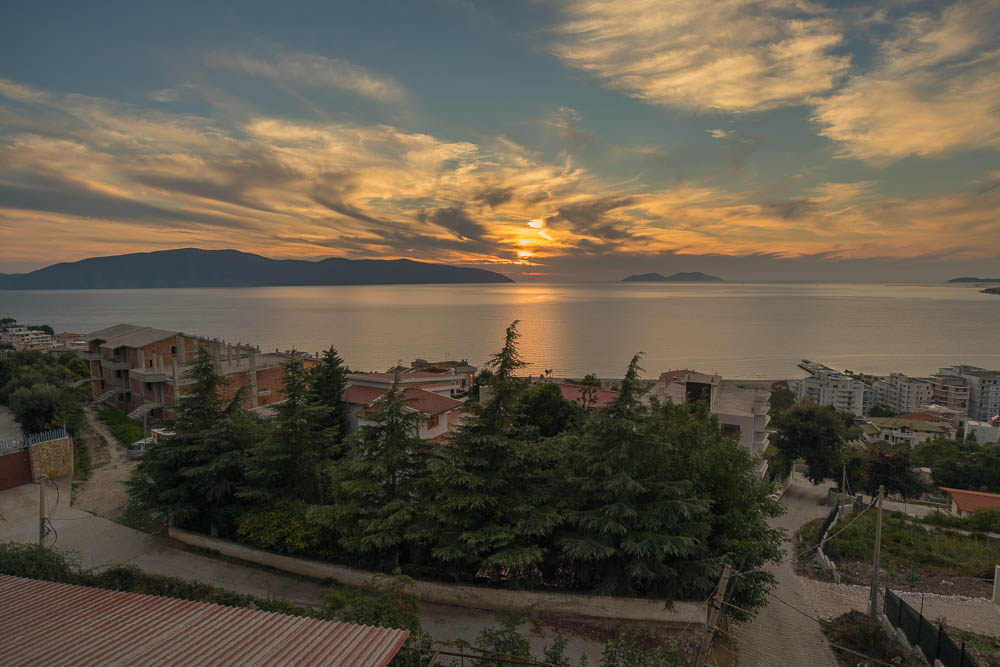 Sonnenuntergang über dem Meer in Vlora