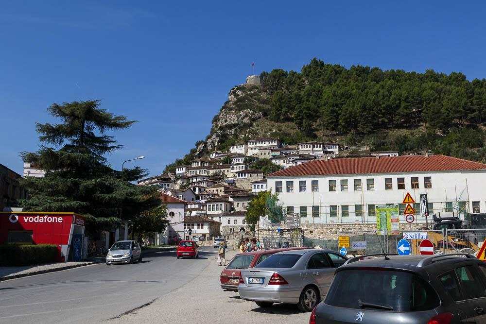 An unserem Parkplatz unterhalb der Burg von Berat angekommen