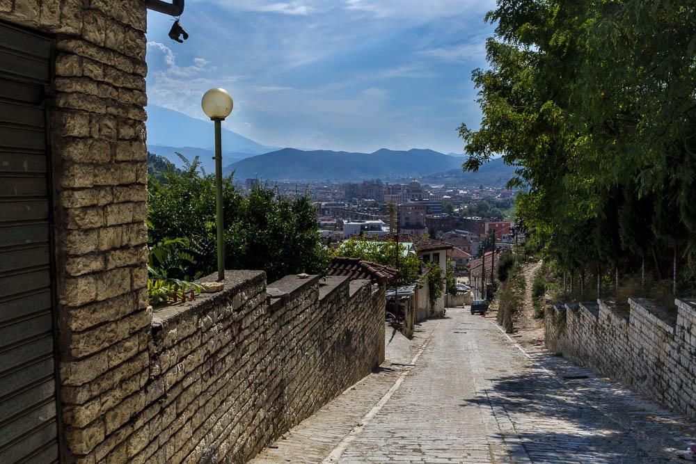 Aufstieg zur Burg von Berat durch die alten Gassen.