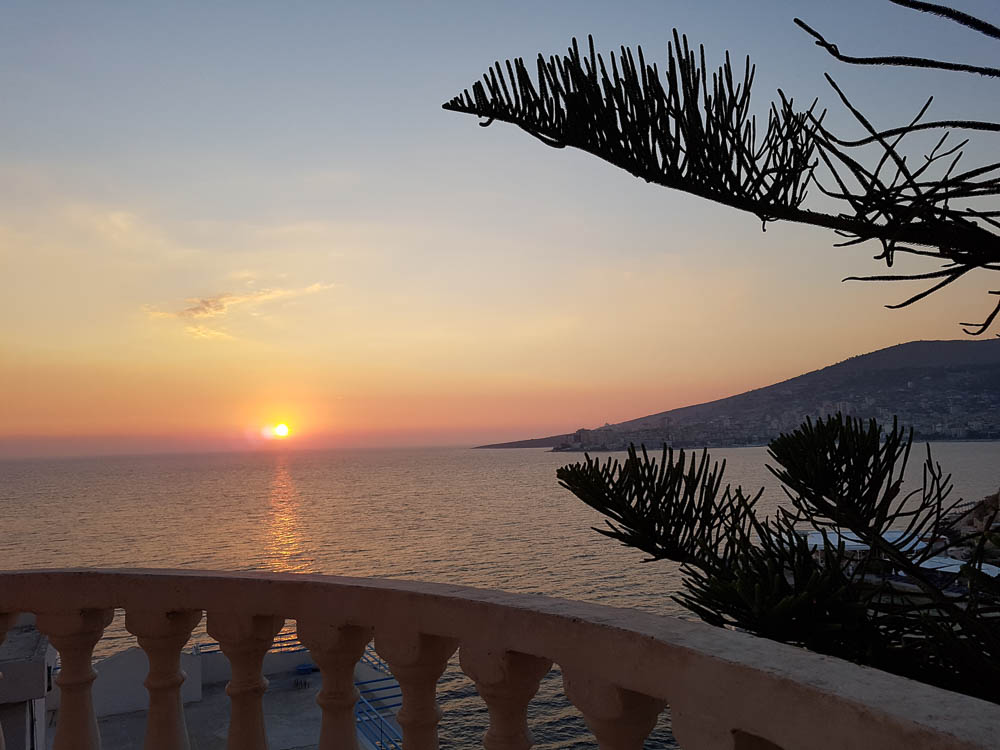 Schöner Sonnenuntergang direkt vom Balkon unseres Apartments in Saranda aus gesehen