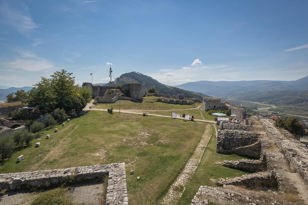 Die große Burganlage hoch über der albanischen Stadt Berat. Eine von vielen Sehenswürdigkeiten in Albanien.