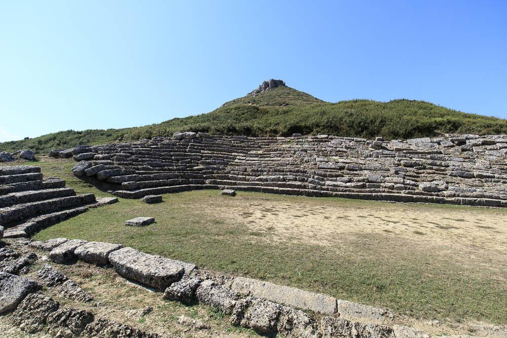 Antikes Stadion der archäologischen Stätte Amantia