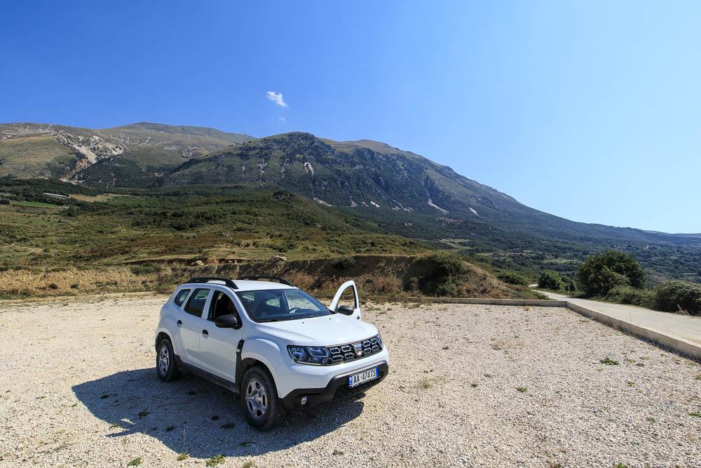 Weißer Dacia Duster in Albanien