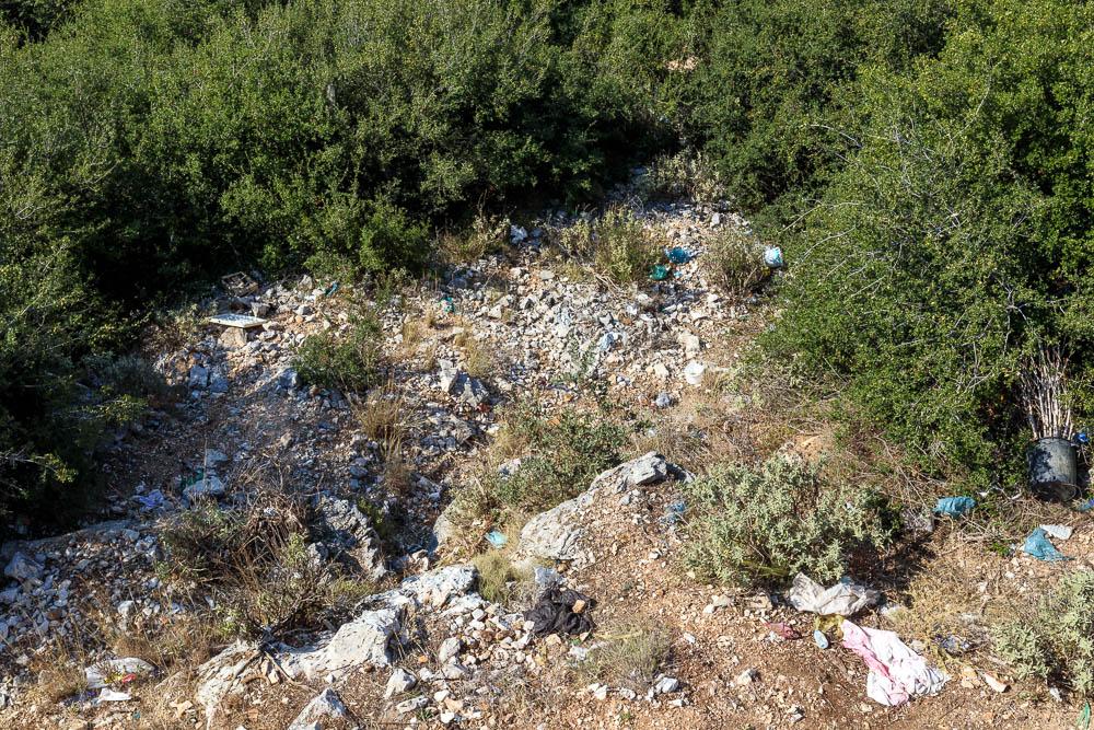 Leider in Albanien sehr oft zu sehen, Umweltverschmutzung am Straßenrand