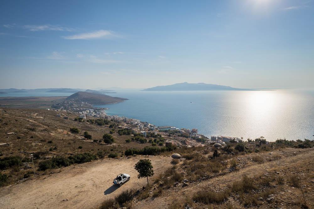 Von der Burg von Saranda aus blickt man in Richtung der griechischen Insel Korfu