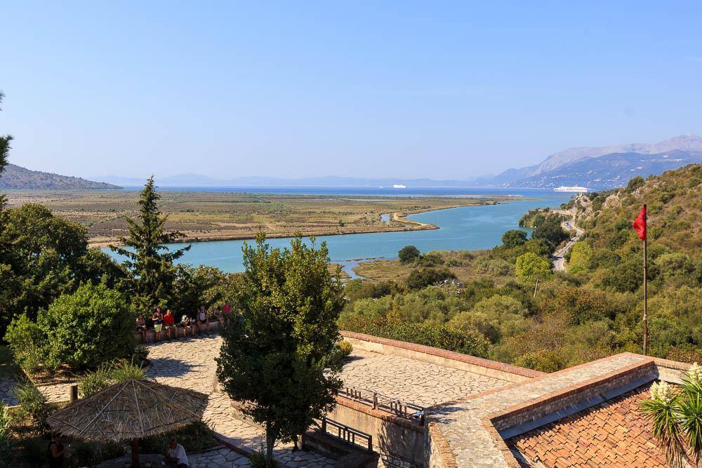 Hoch oben von der Burganlage in Butrint aus hat man einen guten Blick auf die Umgebung