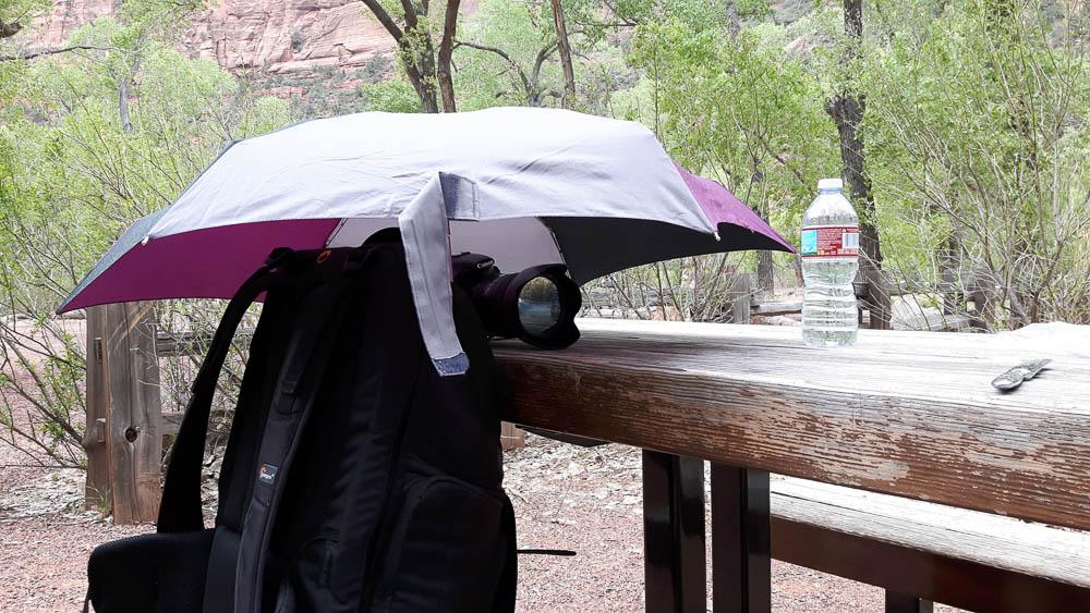 Kamera unter Regenschirm