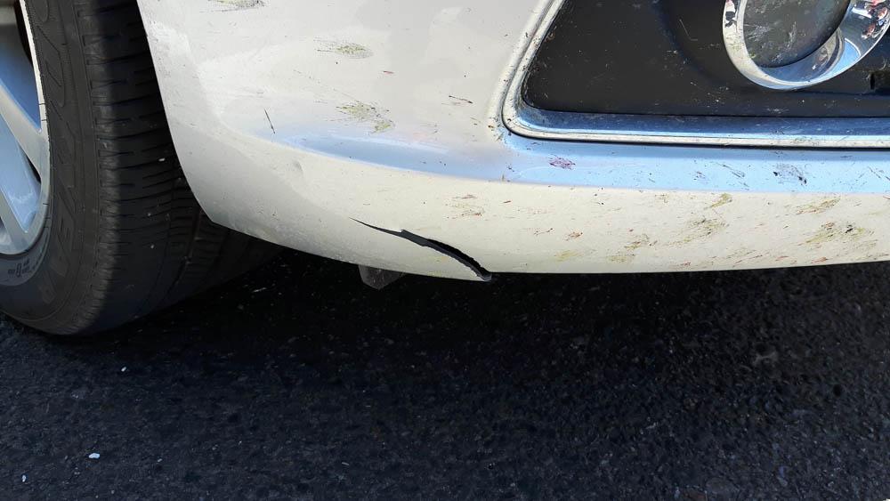 Riss in der Stossstange eines Chevrolet Malibus