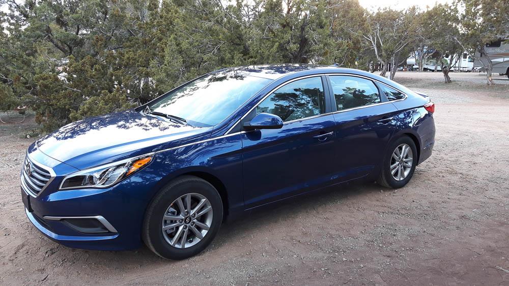Blauer Hyundai Sonata von außen fotografiert
