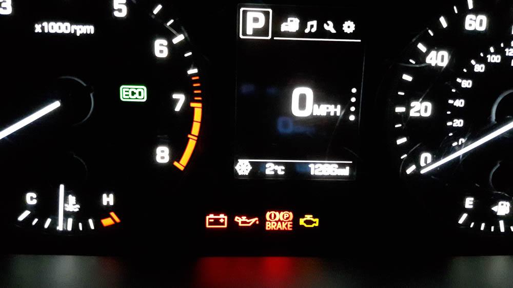 Bordcomputer eines Hyundai Sonatas mit Thermometeranzeige