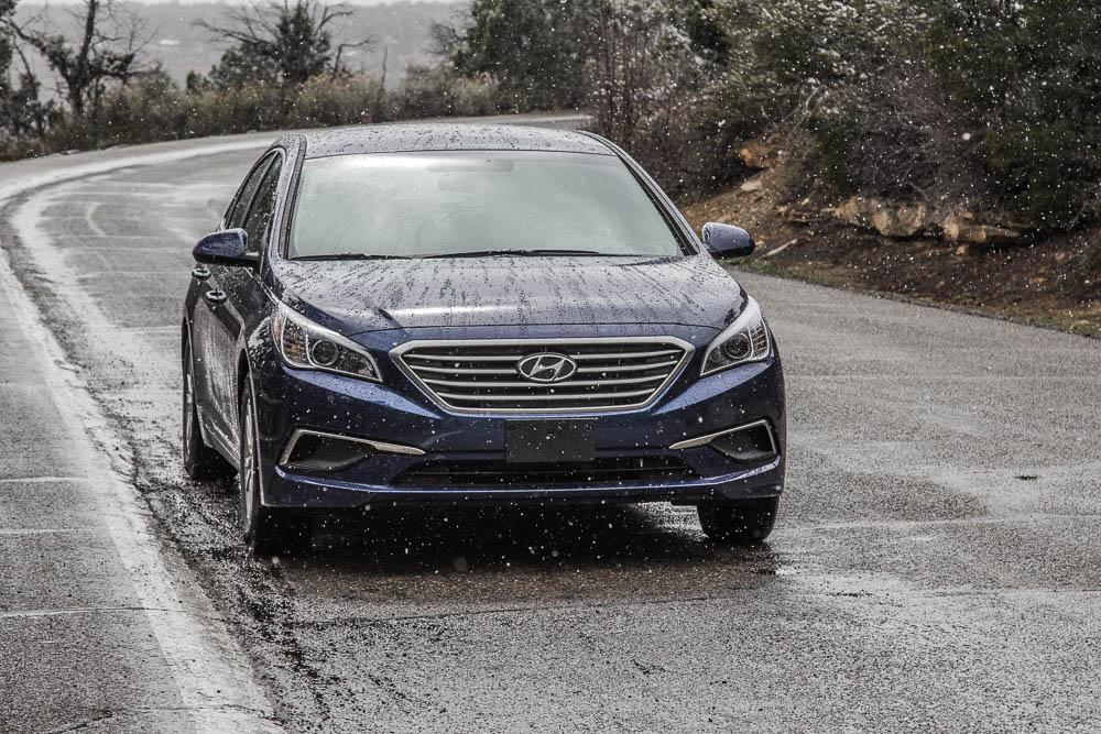 Blauer Hyundai Sonata im Mesa Verde National Park bei winterlichen Bedingungen. Einer unserer beiden Mietwagen für 6 Wochen Roadtrip durch die USA.