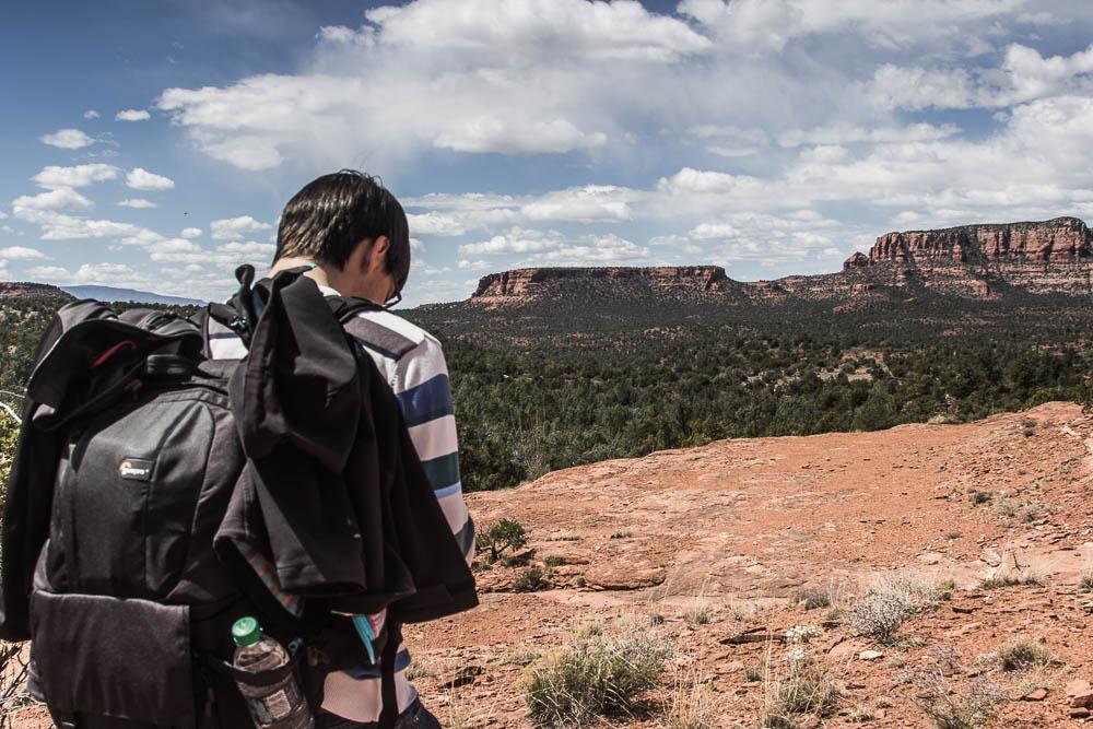 Christian mit Wanderrucksack auf der Wanderung zur Devils Bridge bei Sedona