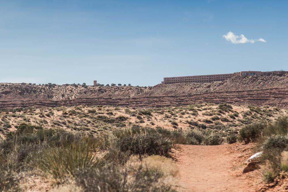 Blick auf die Hotelanlagen beim Wandern im Monument Valley