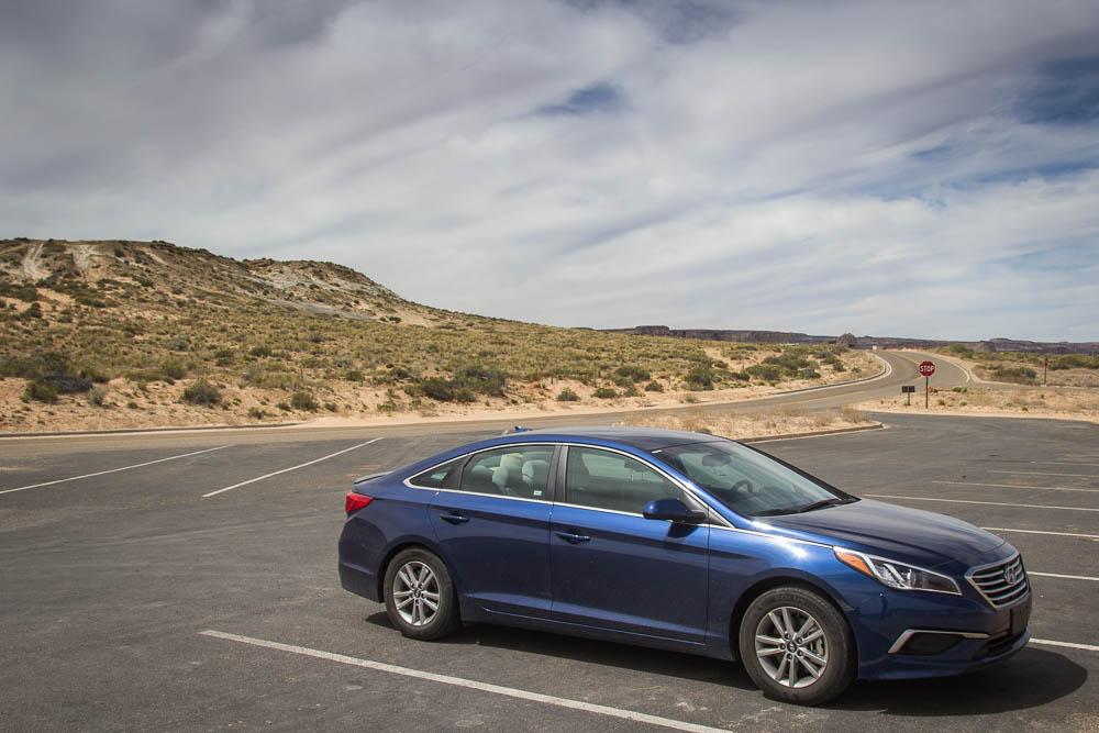 Parkender blauer Hyundai Sonata am Lone Rock Viewpoint