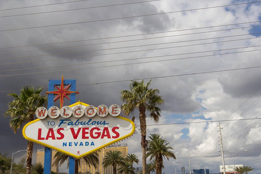 Las Vegas Sign unter wolkenverhangenem Himmel
