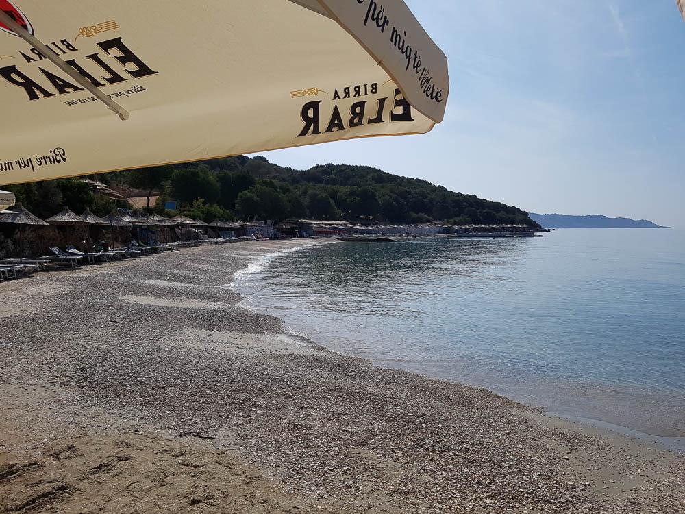 Strandtag am Mittelmeer am Strand Pema e Thate Beach bei Ksamil