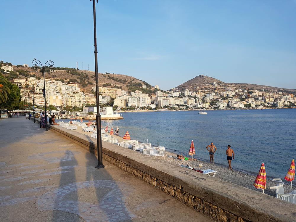 Strandpromenade in Saranda mit Blick auf die Stadt