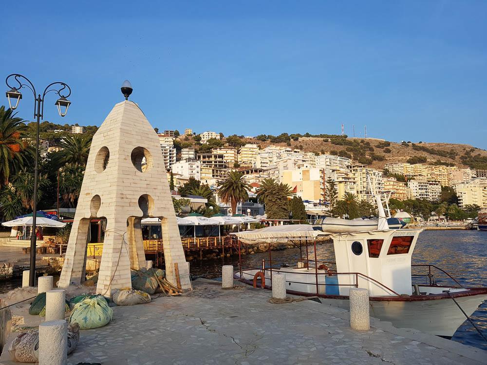 Historischer Leuchtturm an der Strandpromenade Sarandas