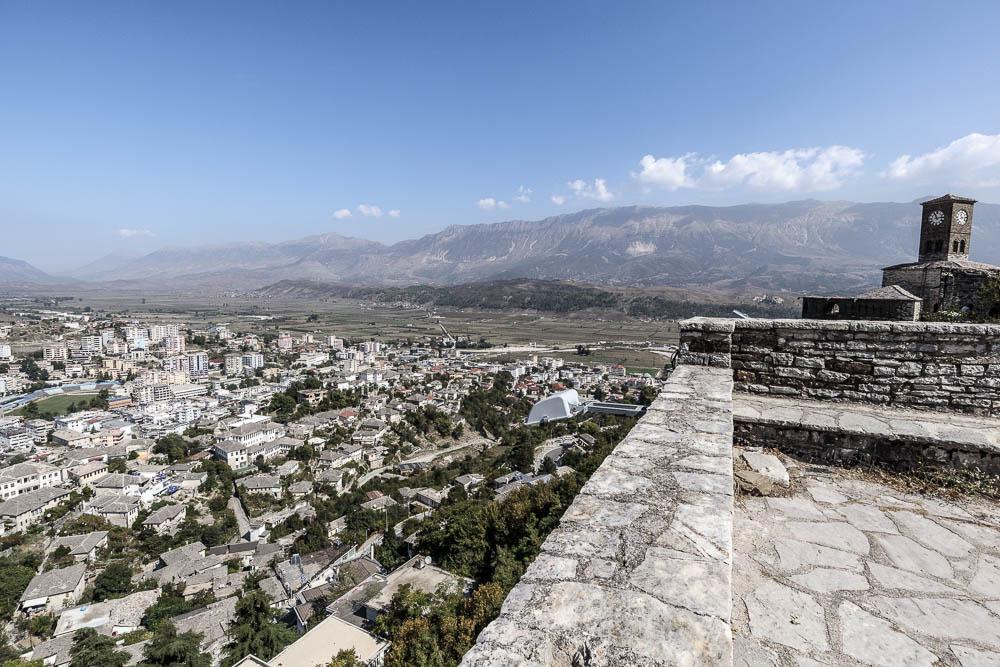 Blick auf Gjirokaster von der Burg aus. Eine von vielen Sehenswürdigkeiten in Albanien.