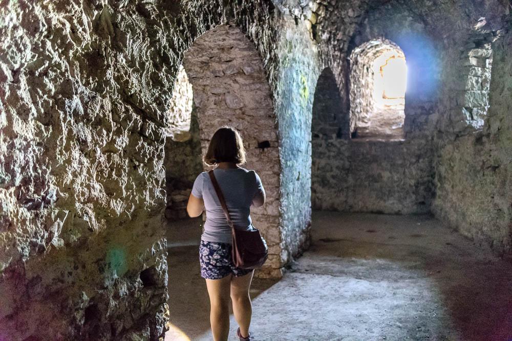 Pauline in den Mauern der Festung Porto Palermo