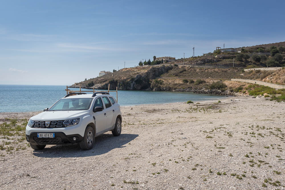 Weißer Dacia Duster am Strand